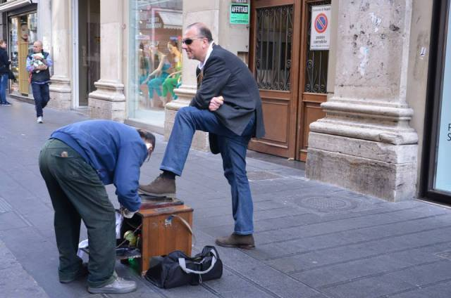 Sciuscià. Sciuscià is the strain in the Neapolitan dialect of the original English term shoe-shine