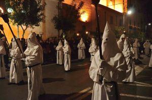 Processione bianca sul Corso Italia,nei pressi della Cattedrale di Sorrento. I martiri introdotti dalla Spagna nel 500', si alternano a fiaccole e croci portate a spalla.