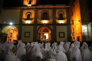 Processione bianca, la statua della Addolorata termina la visita al sepolcro allestito presso la Basilica Pontificia del Santo Patrono di Sorrento Antonino Abate.