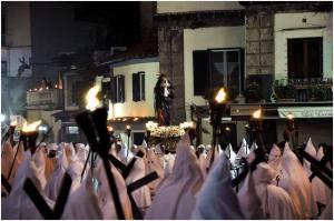 """Processione """"bianca"""" con la statua della Vergine Addolorata in primo piano"""
