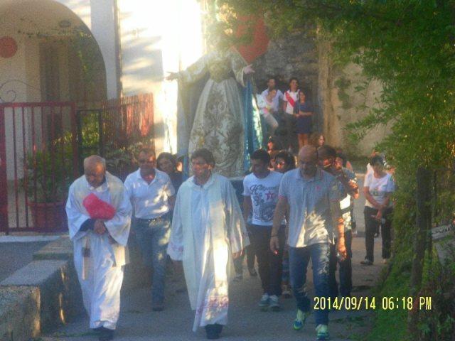 processione con sacerdote